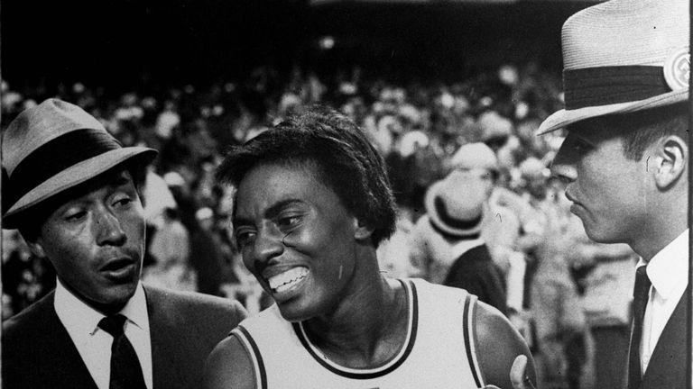 Tyus quelques instants après avoir remporté sa deuxième médaille d'or au 100 m en 1968 à Mexico