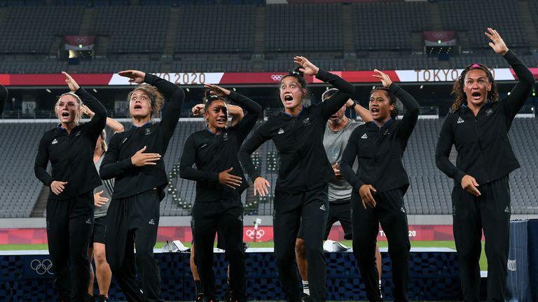 L'équipe néo-zélandaise médaillée d'or effectue le haka après la cérémonie de la victoire