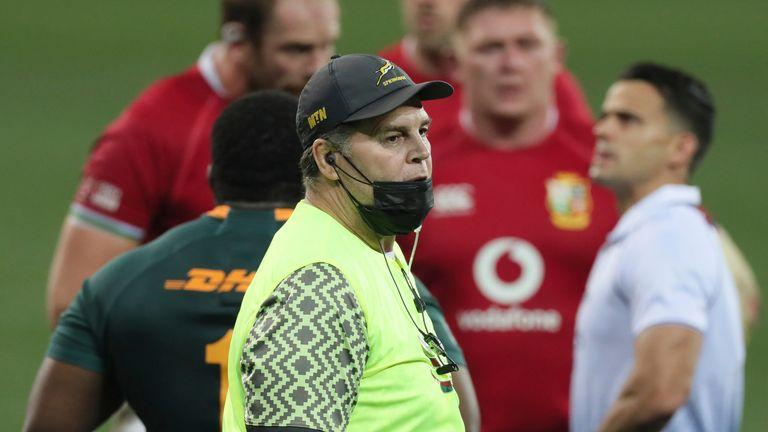Le directeur sud-africain de Rugby Rassie Erasmus a réalisé cette semaine une vidéo extraordinaire de 62 minutes, critiquant les arbitres
