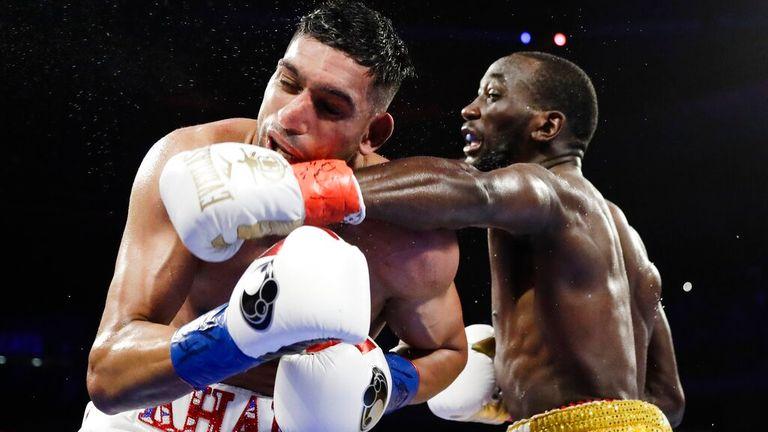 Terence Crawford, à droite, frappe l'Anglais Amir Khan lors du cinquième tour d'un match de boxe du championnat du monde WBO des poids welters le dimanche 21 avril 2019 à New York.  Crawford a remporté le combat.  (Photo AP/Frank Franklin II)