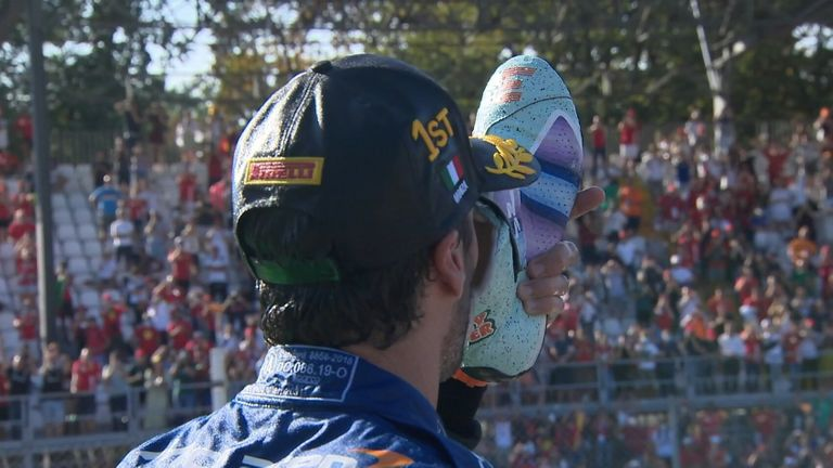 Après avoir remporté le Grand Prix d'Italie, Daniel Ricciardo célèbre en faisant sa traditionnelle célébration du «shoey».