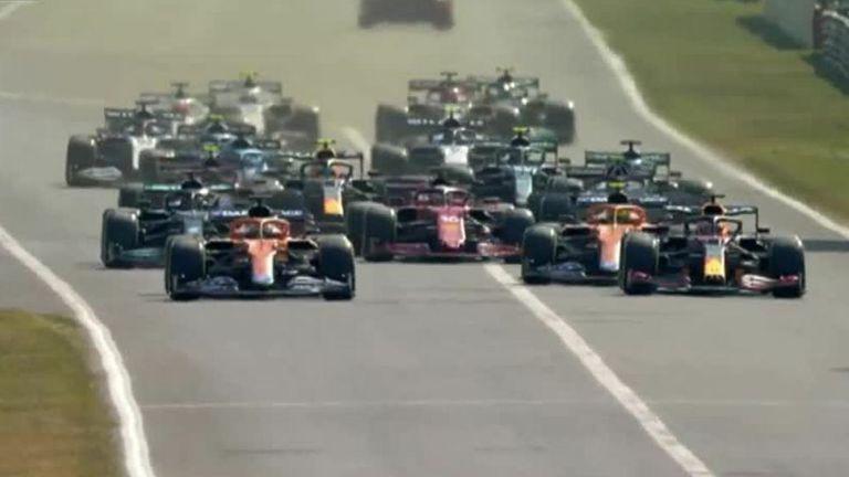 Daniel Ricciardo de McLaren dépasse Max Verstappen de Red Bull pour prendre la tête de la course au GP d'Italie.
