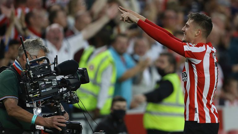 Sergi Canos celebrates in front of the Brentford fans (Paul Terry/CSM via ZUMA Wire)